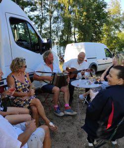 groupe de personnes jouant de la guitare et de l'accordéon